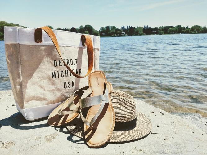 Bag, Hat and Flip-flops on see